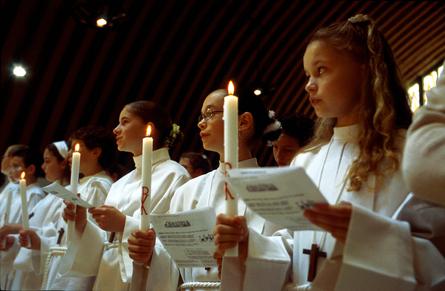 SAINT HERBLAIN (LOIRE ATLANTIQUE): PROFESSION DE FOI DES ADOLESCENTS A LA PAROISSE SAINT LOUIS DE MONTFORT. CE RITE, IMPORTANT POUR LES JEUNES CATHOLIQUES.
